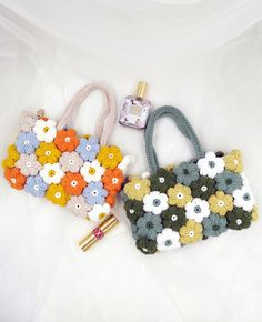 Diy flower Bag, diy bag , handmade bag Acrylic pearl chain +Wool size :13x18x3cm Variety of colors to chose, Suitable for going out and working. -Online Video Tutorial. The material package includes wiring strips, chains, brooches, crochet hooks, magnetic buckles, pins, sewing needles. Diy Crochet Bag, Cute Crochet, Crochet Crafts, Yarn Crafts, Crochet Clothes, Crochet Hooks, Crochet Projects, Knit Crochet, Crochet Puff Flower