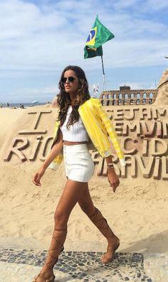 Izabel Goulart tem sido vista frequentemente na praia de Ipanema com seus looks de it-girl Instagram