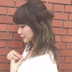 スーパーロングヘアに憧れる女性も多いのでは。でも手入れが大変と思ってしまうからなかなかできませんよね。スーパーロングヘアのアレンジ画像を見ると、ロングもいいかも?と思いますよ。長いからこそできるまとめ髪もたくさん紹介します。