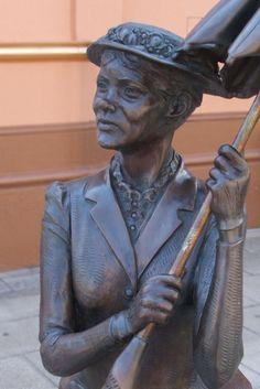 mary poppins statue in maryborough, australia
