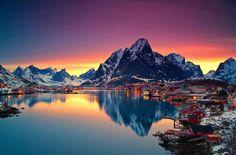 Un sublime coucher de soleil derrière les montagnes enneigées des îles Lofoten
