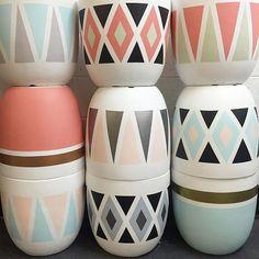 Painted Plant Pots, Painted Flower Pots, House Plants Decor, Plant Decor, Pots D'argile, Clay Pots, Glass Bottle Crafts, Bottle Art, Flower Pot Design
