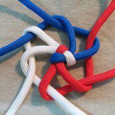 Jack's Beanstalk Key Fob – D-Zug - Makramee 2019 Diy Paracord Armband, Paracord Braids, Paracord Keychain, Paracord Bracelets, Yarn Bracelets, Paracord Tutorial, Macrame Tutorial, Parachute Cord Crafts, Parachute Cord Bracelets
