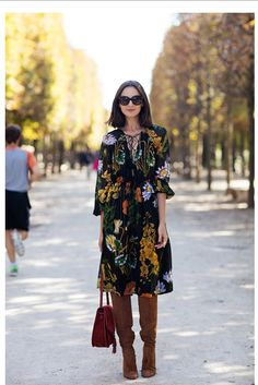 Black midi dress with boots outfit Trend Fashion, Look Fashion, Womens Fashion, Fashion Fall, Fall Outfits, Casual Outfits, Outfit Winter, Floral Outfits, Sweater Outfits