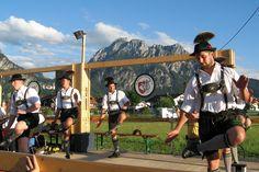 """Schuhplattler des Gebirgstrachten- und Heimatvereins """"D'Schwanstoaner"""" Schwangau beim Dorffest der Musikkapelle Schwangau am 31.07.2010."""