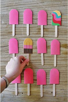 Weekend Fun: A DIY Paper Popsicle Memory Game. Looking for a sweet idea to keep kids entertained this weekend? We stumbled upon this beautiful DIY memory game idea over at the fabulous… Babysitting Kit, Babysitting Activities, Craft Activities, Indoor Activities, Summer Activities, Family Activities, Kids Crafts, Summer Crafts, Diy Games