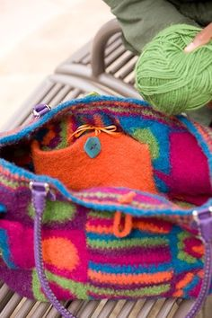 How amazing is this adorable Piñata Bag? What I awesome way to use up your stash of wool yarns. The colors in this bag are a delight to the eyes. Besides being beautiful this bag is wonderfull…