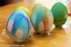 Fizzing Easter eggs: This year, don't just dye your eggs, make fizzing Easter eggs that combine art, fine motor development, and science into one gorgeous way to decorate your eggs for Easter! || Gift of Curiosity