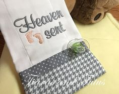 Trendy Baby Items Needed Shower Gifts Burp Cloths Baby Burp Cloths, Burp Cloth Set, Baby Bibs, Baby Embroidery, Machine Embroidery, Embroidery Designs, Easy Baby Blanket, Burp Rags, Shops