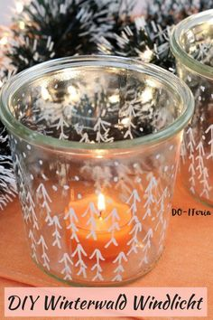 Ein Windlicht kannst du ganz einfach aus einem Weck-Glas zaubern. Den passenden Winterwald malst du mit einem Paint Mrker drauf. All Things Christmas, Home And Living, Barbie Dolls, Winter, Advent, Candle Holders, Blog, Candles, Last Minute