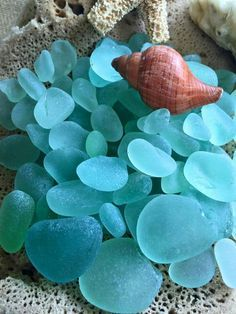 ^ Time keeps rolling like a river, to the sea. Sea Glass Beach, Sea Glass Art, Beach Stones, Sea Glass Jewelry, Silver Jewellery, Stained Glass, Verde Tiffany, Sea Glass Colors, Mermaid Tears