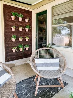 How to make a DIY outdoor plant wall. This living wall is so simple to put together, and will make your entire porch look cozy and beautiful! #outdoor #backyard #diyplantwall #plantwall #plants #gardening