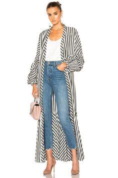 Look com kimono - look com terceira peça - look com blusa branca - look com calça jeans - look com scarpin - kimono longo - kimono de manga longa - kimono de manga cumprida - kimono listrado - look feminino Long Kimono Outfit, Look Kimono, Kimono Jacket, Kimono Duster, Kimono Style, Long Kimono Cardigan, Kimono Fashion, Hijab Fashion, Fashion Outfits