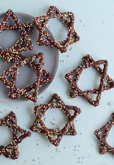 Hanukkah Recipes for Kids - Fork and Beans 4 Hanukkah Recipes for Kids: Star of David Pretzels Hanukkah For Kids, Jewish Hanukkah, Hanukkah Crafts, Hanukkah Food, Feliz Hanukkah, How To Celebrate Hanukkah, Hanukkah Recipes, Jewish Recipes, Holiday Recipes