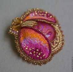 Купить или заказать Брошь 'Жучок золотисто-розовый' в интернет-магазине на Ярмарке Мастеров. Жучок из авторского кабошона (стекло+полимерная глина). Крылышки выполнены в технике объемной вышивки гладью. __________________________…