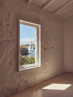 Large windows punctuate the walls and ceilings of the gallery space, creating a play of shadows on the stone walls. Spanish Architecture, Amazing Architecture, Menorca, Interior Garden, Interior And Exterior, Somerset, Patio Central, Terrazo