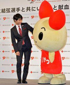 日本赤十字社のイベントでマスコットのけんけつ君をエスコートする羽生(撮影・下田雄一)