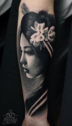 Schwarz & Grau Japanisches Mädchen Tattoo – InkStyleMag - Famous Last Words Japanese Girl Tattoo, Japanese Tattoo Designs, Japanese Sleeve Tattoos, Best Sleeve Tattoos, Japanese Design, Mädchen Tattoo, Arrow Tattoo, Body Art Tattoos, Girl Tattoos
