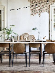 rustic + eclectic dining room in a natural color scheme with wallpaper remnant Les Petites Emplettes, Estilo Industrial, Vintage Industrial, Industrial Style, Industrial Design, Wood Chairs, Industrial Dining Chairs, Chairs For Dining Table, Dining Area