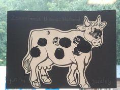Doop een kurk in de verf en geef de koe zwarte vlekken!