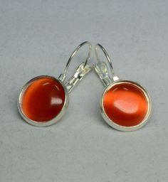 """Diese wunderschönen Ohrringe bestehen aus selbstgemachten Perlenschmuck, bei dem Brisuren mit wundervollen orangen """"Cat Eyes Cabochons"""" verarbeitet wurden."""