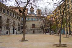 La Plaza de la Paja . Esta plaza fue el verdadero centro comercial del Madrid medieval hasta que en el siglo XV se construye la Plaza del Arrabal (antecesora de la Plaza Mayor) donde todas las mañanas se montaba el mercado. Al fondo esta la Capilla del Obispo (siglo XVI)