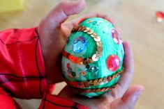 A quick and easy dragon themed craft tutorial for toddlers and preschoolers: bejeweled dragon's egg!