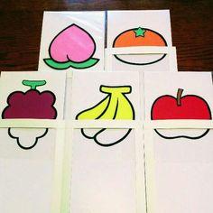 保育で使えるマジックシアターになります。 『りんご・ばなな・ぶどう・みかん・もも』の五種類の果物が、上にひっぱると突然色づきます♪ 子ども達に 「この果物な~んだ」 「何色でしょうか」 などクイズを出したり、 「大変!色が取られちゃった~」 「ちちんぷいぷいで魔法をかけよう」 などと問い掛けるととても喜びます。 《素材》 ◎果物はすべて画用紙で1枚1枚作って おります。 ◎黒の線も全て黒画用紙で作成してい るので、発色がいいと思います。 ◎外側の紙は光沢紙で、まわりを製本 テープで補強しております。 ◎中の仕掛けは厚紙(板目紙)を2枚 使用しているので、強度もあります ◎サイズはA5になります。 《お願い》 ◎即購入OKです。 ◎こちらひとつひとつ手作業で作成して おります。丁寧を心掛けていますが、のり、両面テープのはみ出しやズレ・ヨレ等あるかとおもいます。ご理解いただける方、お願いいたします。 ◎また、お値引きはご遠慮ください。 よろしくお願いいたします。 《発送》 ◎破損や濡れがないようビニール袋・...