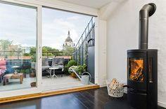 ¿Te imaginas volver a casa después de un día de #turismo y paseos en #Estocolmo, y poder descansar en este salón con chimenea? Si además hace bueno y puedes disfrutar de la terraza, todavía mejor! ¿te animas a intercambiar casa con ellos? Viven en pleno centro de #Estocolmo.