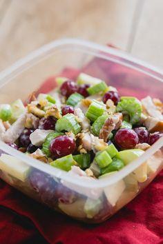 Een waldorfsalade is een perfecte salade om mee te nemen. In deze salade zit namelijk geen sla, waardoor hij niet verlept terwijl hij in je tas zit te wachten op de lunchpauze.