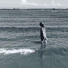 【ryo.c.o】さんのInstagramをピンしています。 《. 「貝殻」 . . 寄せては返す . 波の中で . 私の足は柔らかく . 砂に沈む . . ひっそりと . 息をする貝殻たちの . その世界に少しでもと . 寄り添いながら . . 報われなかったことよりも . 望める今を . ほらね . . 聴くんだ . . #詩#現代詩#涼湖#poem#心象風景#抽象#創作#詩作品#詩作#作詩#言葉#書く#文章#海#浜辺》