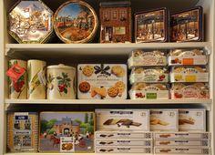 ¿Amante de las galletas? En nuestras tiendas podrás encontrar una selecta selección presentada en diferentes latas y cajitas muy apropiadas como regalo.