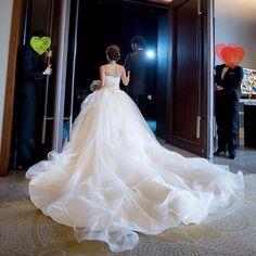 結婚式レポ♡カメラマンさんデータ ・ 披露宴入場。ドレスがキレイに写っていてお気に入りの写真。妊娠してもこのドレスを諦めなくてよかった!! みんながオープニングムービーを見ている間わくわくしながら扉が空くのを待ってました。 ・ オープニングムービー、プロフィールムービーは旦那さんが試行錯誤して手作り。一部のゲストには業者に頼んだと思ってもらえて、大満%EÉ쓥ˆ…