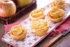 Le roselline di sfoglia e mele sono un dolce semplice da realizzare per la festa della mamma: roselline di petali di mele e base di pasta sfoglia!