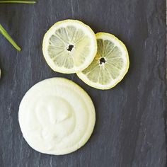 Sprøde lækre snacks og smagfulde dips. Spækket med sunde fedtsyrer, friske urter og skønne grønne sager. Find sunde opskrifter på fx kålchips her