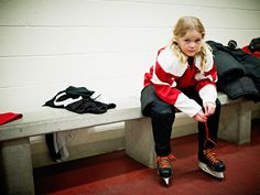 It is the norm to see girls playing hockey now a days. Twenty years ago, a girl playing hockey would not be at all possible. Women's Hockey, Hockey Girls, Hockey Players, Look Thinner, Girls Rules, Young Female, Change, Facon, Real Women