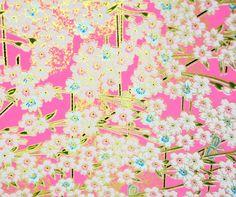 Handmade origami papír - Růžovozlaté sakury Luxusní hand made origami papír. Výborná kvalita. Papír je vyrobený technikou sítotisku a má krásné kontury zlaté barvy. Rozměry 14 x 14 cm. Gramáž 70 gsm.