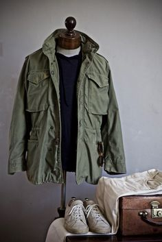 Colour combinations, from casual to formal - Damenschmuck und andere Vietnam Jacket, Mature Mens Fashion, M65 Jacket, Casual Outfits, Men Casual, Gentleman Style, Military Fashion, Military Style, Jacket Style