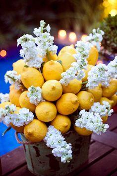 Festa italiana - arranjo de limões sicilianos e flores brancas ( Produção e buffet: Maria Antonia Bocayuva )