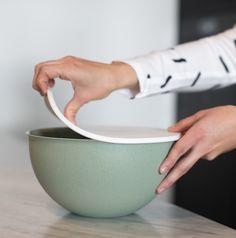 De Koziol Organic collectie is een collectie met producten die je dagelijks gebruikt, maar let op: wel praktische producten op biologische basis. De lijst van eigenschappen is bijna net zo lang als de lijst van producten. Ben je er klaar voor? De producten zijn 100% puur materiaal en 100% recyclebaar. Voedsel- & vaatwasserbestendig, zonder schadelijke stoffen. Vrij van BPA, MF en melamine. Extreem duurzaam dus. Tableware, Products, Food Storage, Travel Trailers, Dinnerware, Tablewares, Dishes, Place Settings, Gadget