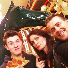 "@serafinosays: Just me @shawnmendes @geoff_warburton a Green Horse and a slice of pizza!"" (Via Instagram)"
