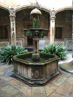 "Casa l'Ardíaca  Aquí la manera que el agua sale de la fontana coincida con la tradición de ""l'ou com balla"""