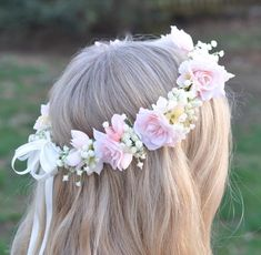 Simple, yet full flower halo...made with blush pink roses, hydrangea and  ivory babies breath.  This wreath is shown in ivory and blush pink tones, however I can use any  colors and flowers to achieve the look you want. Please tell me the size of  wreath you are looking for and the colors and I