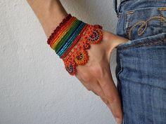 Crocosmia Aurea: uncinetto perline braccialetto con dettagli in rilievo blu arancioni, rossi, gialli, verdi e turchesi