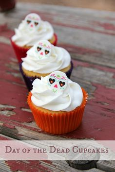 Festive Day of the Dead cupcakes are super simple and perfect for a kid-friendly…