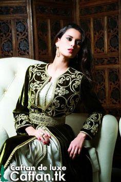 Un caftan marocain prestigieux avec un design traditionnel lourd contient pleine d'ornement au niveau de la couche extérieure.