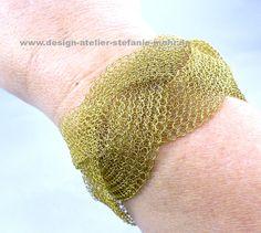 wire crochet bracelet brass wire / gestricktes Armband aus Messingdraht gesehen auf www.facebook.com/design.atelier.stefanie.mohr
