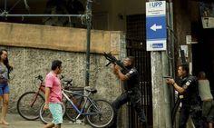 Imagens amadoras feitas por um morador de Copacabana, na zona sul do Rio, registraram um momento assustador. O vídeo foi feito durante tiroteio entre policiais e traficantes na comunidade Pavão-Pavãozinho.