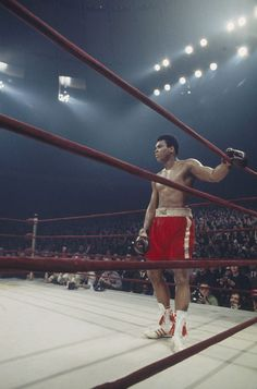 Remembering Muhammad Ali: A tribute to a boxing legend Muhammad Ali Boxing, Heavyweight Boxing, Boxing History, Art Of Fighting, Diy Vintage, Float Like A Butterfly, Hometown Heroes, Boxing Champions, Fight Night