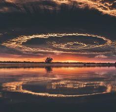 Estranho formato de nuvens acompanhado de um belo pôr do Sol